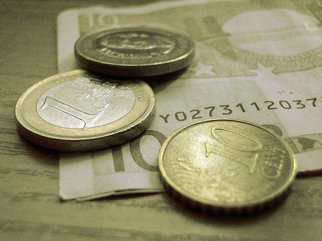monedas-y-billetes-sobre-la-mesa